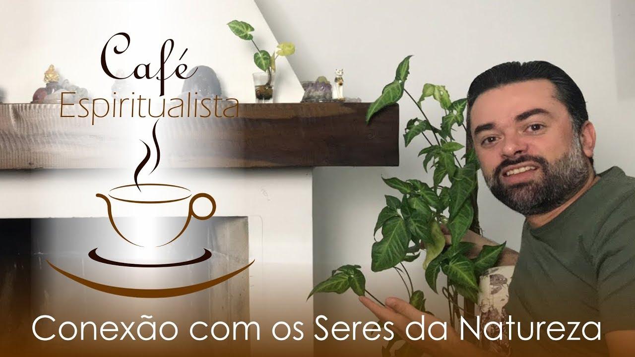 Mestre Daniel Souza mostrando uma planta referindo-se ao espírito que nela habita