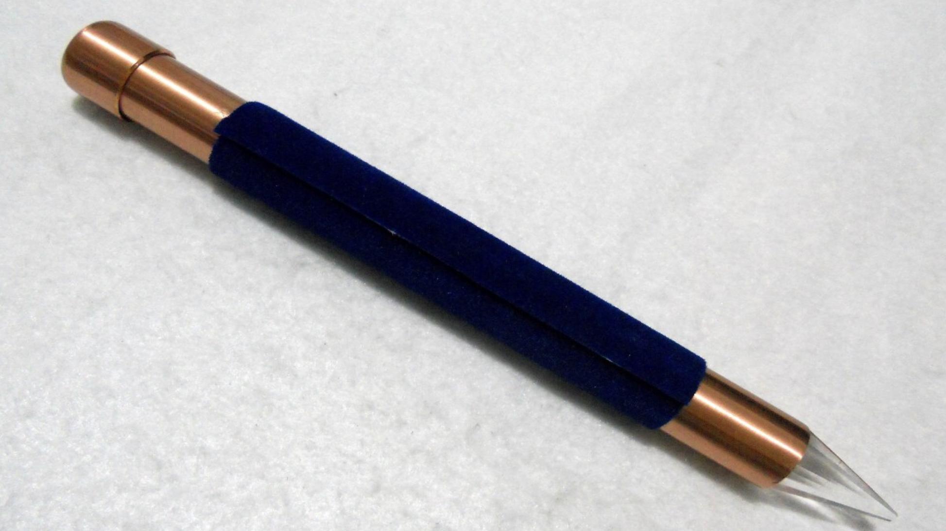 Bastão feito de cobre, com cristal na ponta